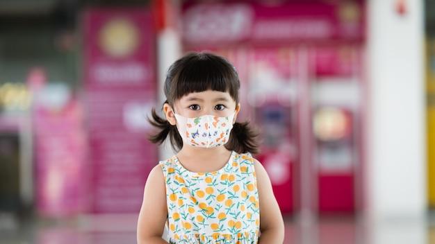 Joli bébé asiatique portant un masque pour protéger le coronavirus.