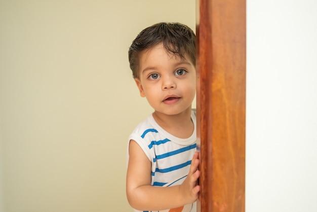 Joli bébé garçon près de la porte