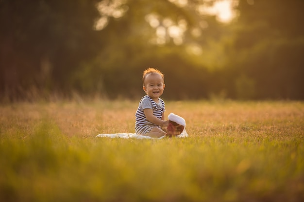 Joli bébé jouant au jardin