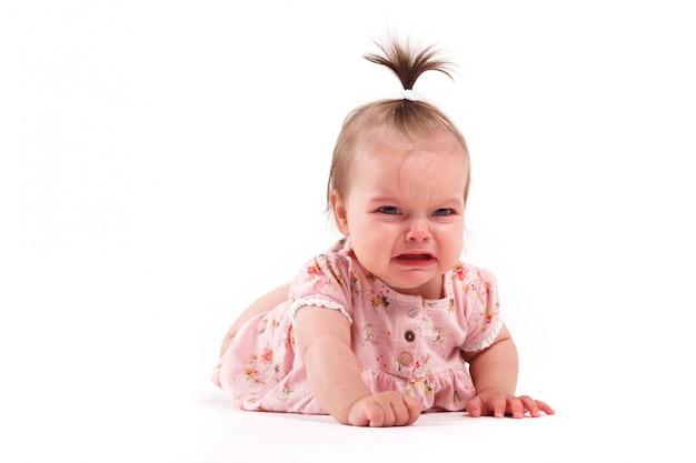 Joli bébé se trouve en robe