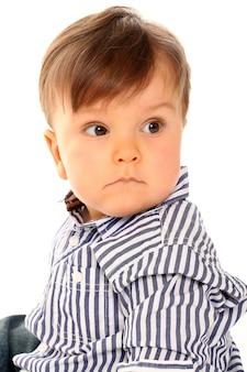 Joli bébé avec des vêtements décontractés sur blanc