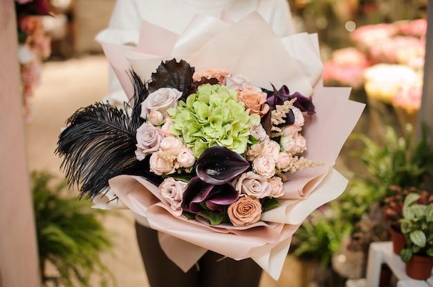 Joli bouquet de belles fleurs dans les mains de la femme