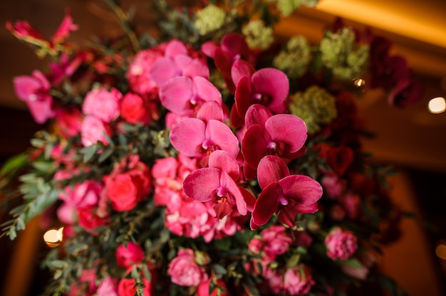 Joli bouquet de fleurs lumineuses et roses