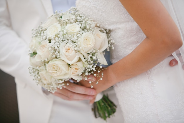 Joli bouquet de mariage dans la main de la mariée