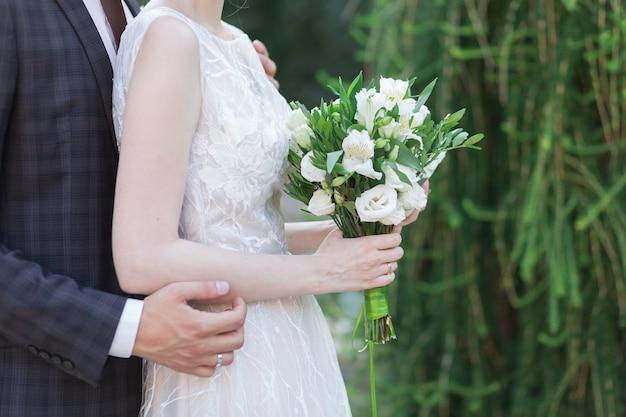 Joli bouquet de mariage dans la main des mariés