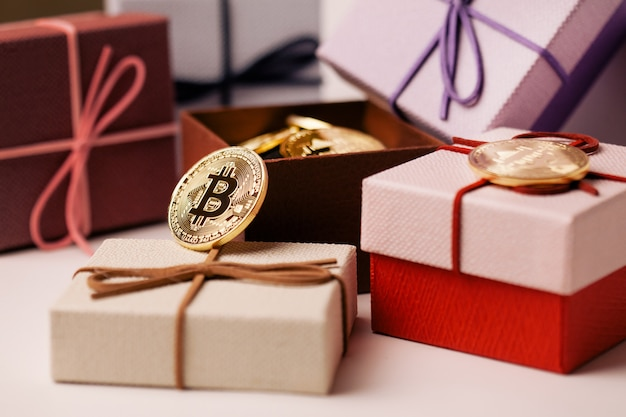 Joli cadeau bitcoin dans une boîte rouge