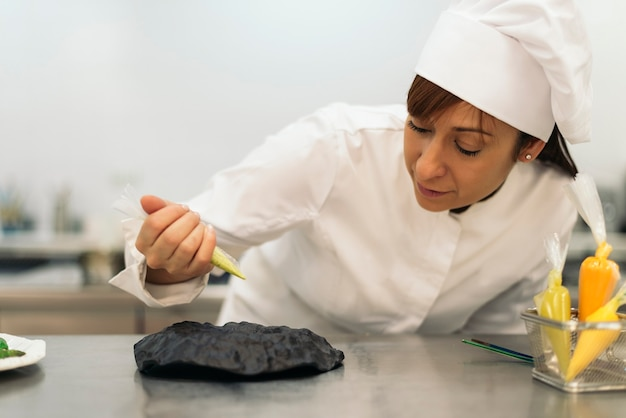 Joli chef professionnel cuisinant dans une cuisine. concept de cuisine.