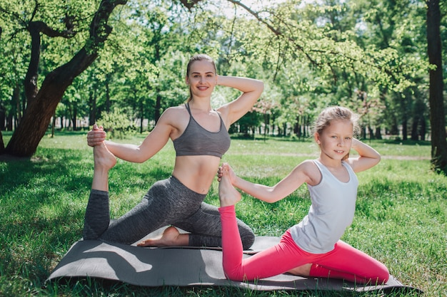 Joli cliché de filles s'exerçant ensemble.