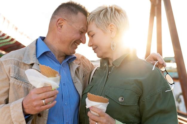 Joli couple d'âge moyen ayant un bon rendez-vous