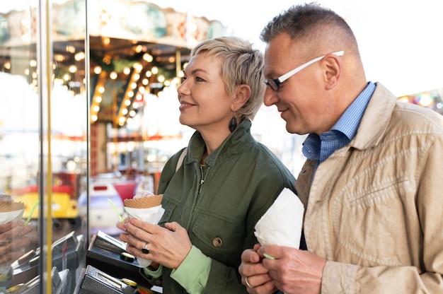 Joli couple d'âge moyen ayant un rendez-vous dans un parc d'aventure