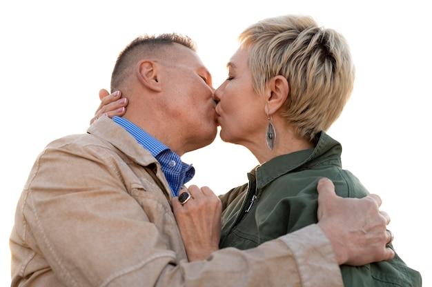 Joli couple d'âge moyen étant affectueux