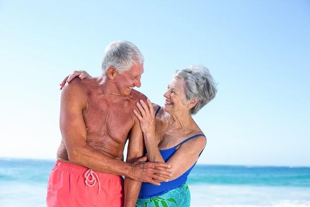 Joli couple d'âge mûr embrassant sur la plage