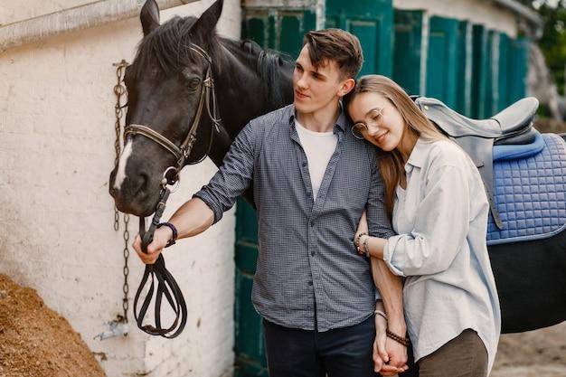 Joli couple d'amoureux avec cheval au ranch