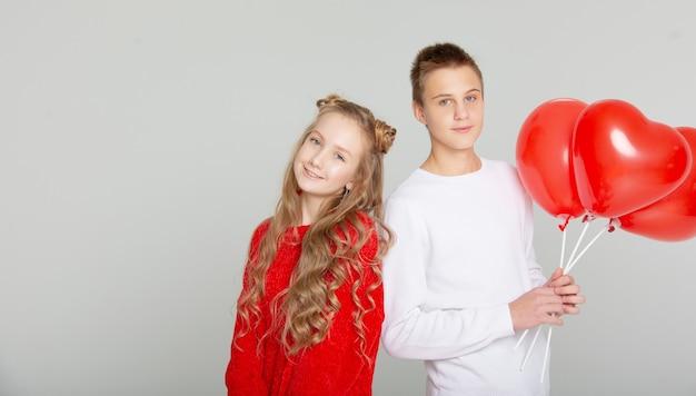 Joli couple amoureux des écoliers le jour de la saint-valentin