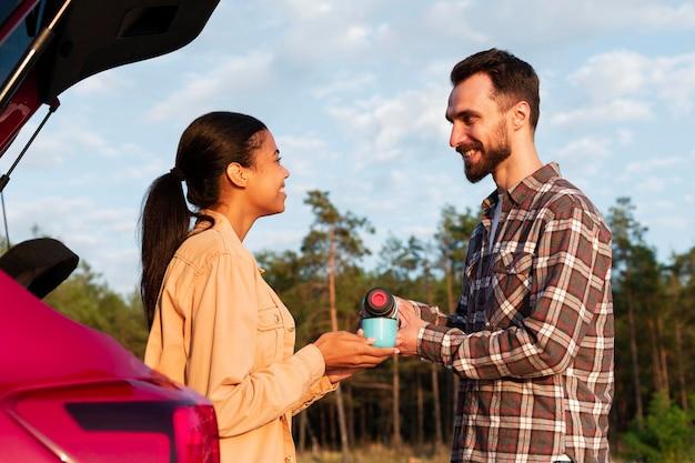 Joli couple appréciant une tasse de café chaud