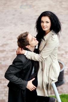 Joli couple ayant un bon moment à l'extérieur