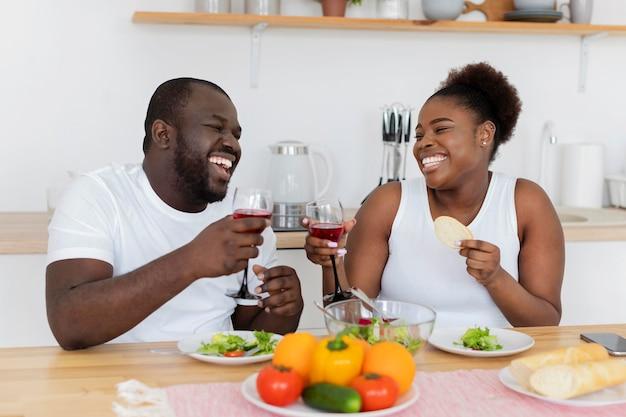 Joli couple ayant un dîner romantique
