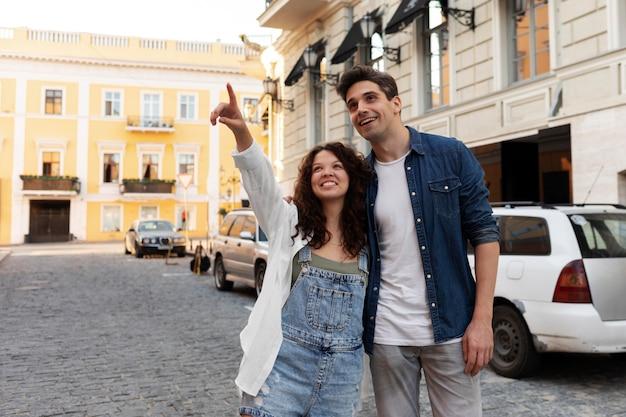 Joli couple ayant un rendez-vous à l'extérieur
