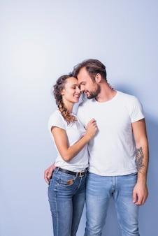 Joli couple en blanc étreignant