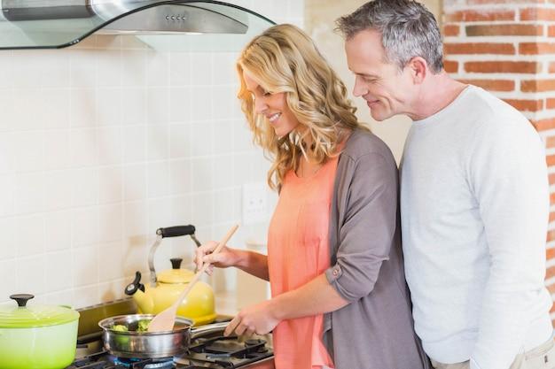 Joli couple cuisinant dans la cuisine