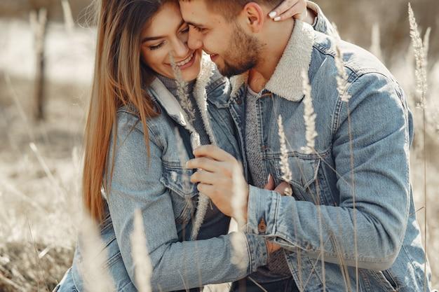 Joli couple dans un jean vêtements dans un champ de printemps