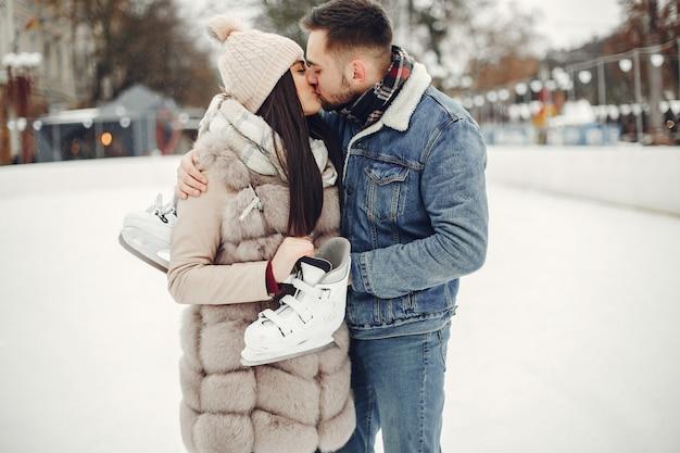 Joli couple dans une patinoire