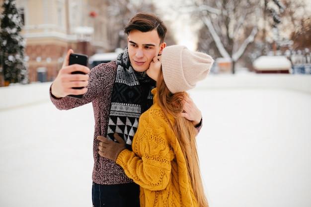 Joli couple dans une ville d'hiver