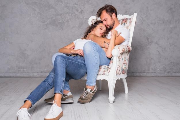 Joli couple dormant dans un fauteuil
