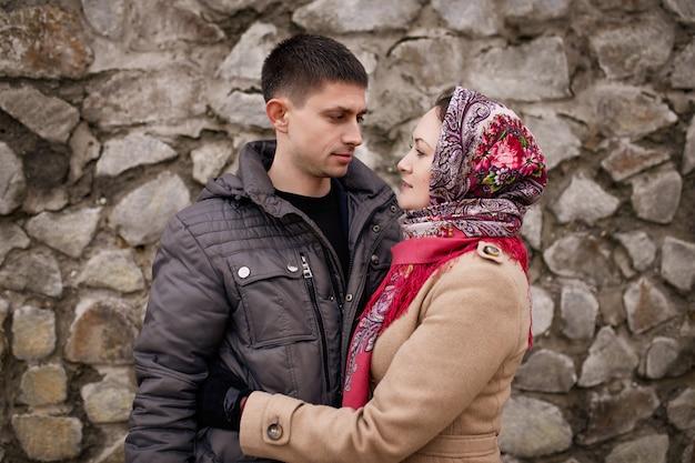 Joli couple embrassant dans la rue en automne