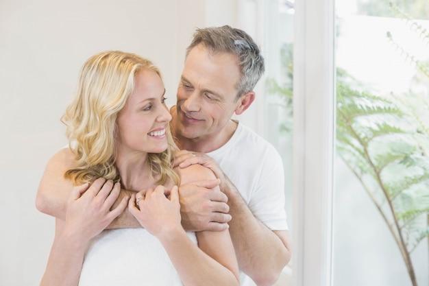 Joli couple embrassant dans le salon