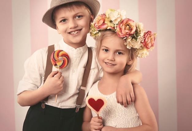 Joli couple d'enfants d'âge élémentaire