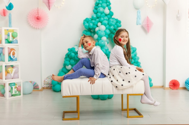 Joli couple d'enfants avec des ballons. concept de la saint-valentin et de l'amour, tourné en studio