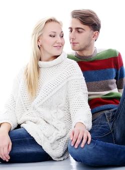 Un joli couple est amoureux l'un de l'autre