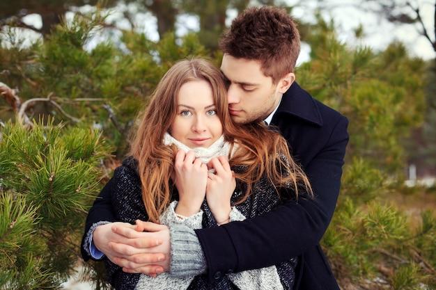 Joli couple, étreindre et flirter un jour d'hiver