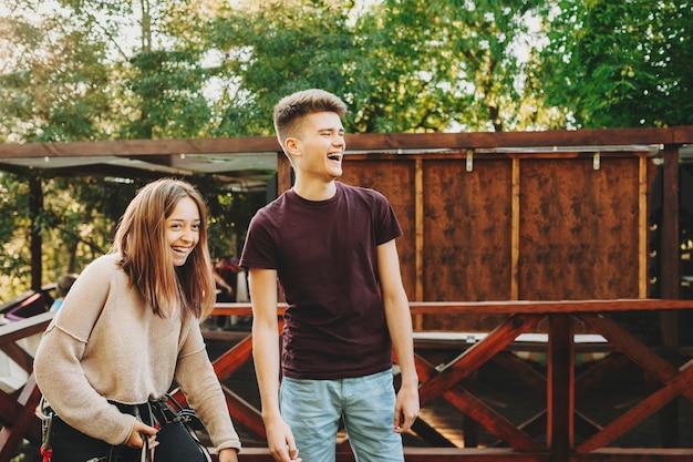 Joli couple européen s'amusant à rire avant le téléphérique où une fille est équipée.