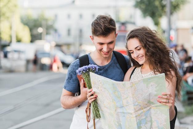 Joli couple explorant la ville
