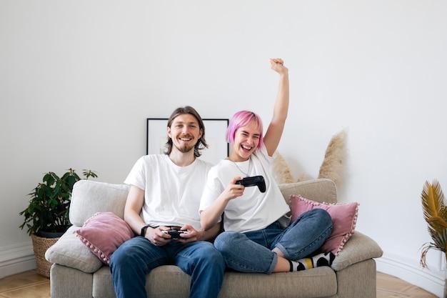 Joli couple jouant ensemble un jeu vidéo à la maison