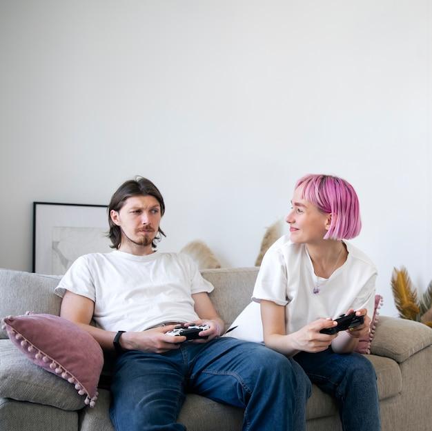 Joli couple jouant à des jeux vidéo à la maison