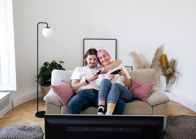 Joli couple jouant à des jeux vidéo