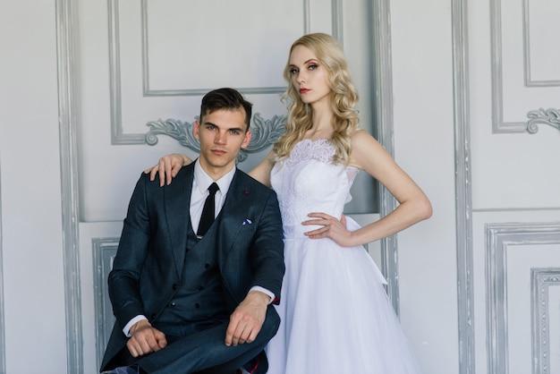 Joli couple de mariage à l'intérieur d'un studio classique décoré.