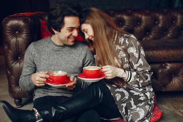 Joli couple passe du temps dans un café