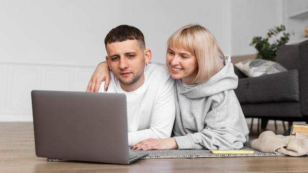 Joli couple passer du temps de qualité ensemble à la maison