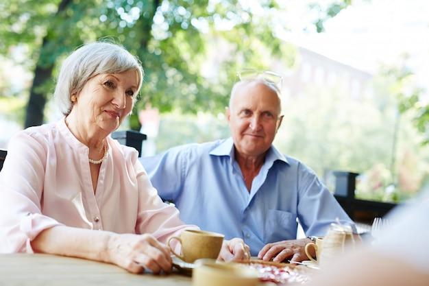Joli couple de personnes âgées au café en plein air