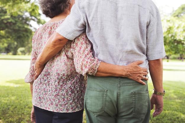Joli couple de personnes âgées dans le parc