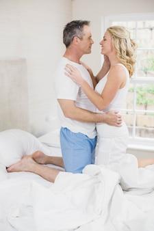 Joli couple sur le point d'embrasser dans leur chambre