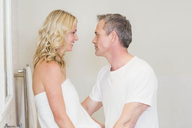 Joli couple sur le point d'embrasser dans la salle de bain