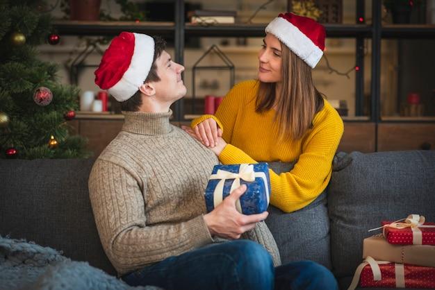 Joli couple portant des sweathers avec des cadeaux
