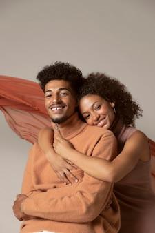 Joli couple posant ensemble portrait