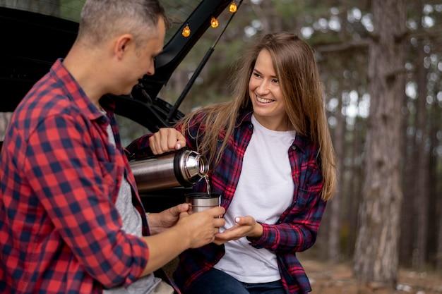 Joli couple prenant un café ensemble