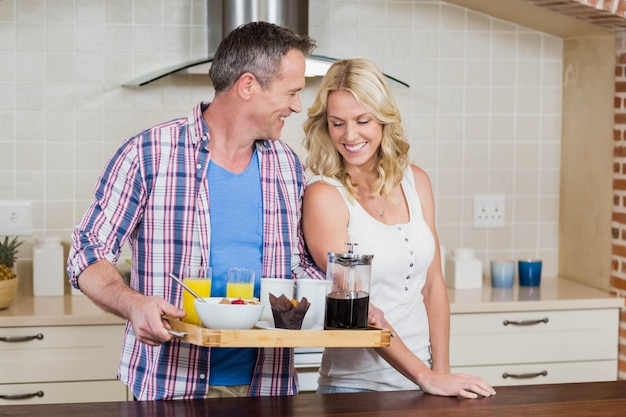 Joli couple prépare le petit déjeuner dans la cuisine
